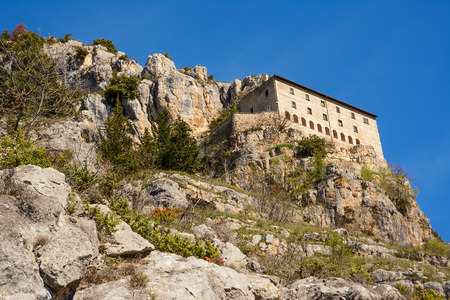 Hermitage of Sant'Onofrio in Morrone perched on the mountain Standard-Bild