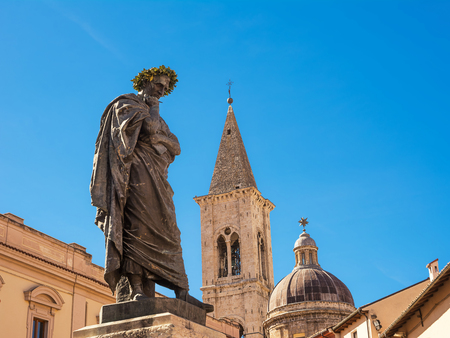 Statue of Ovid, symbol of the city of Sulmona (Italy) 版權商用圖片