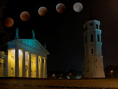 Cathedral of Vilnius with total eclipse of moon 報道画像