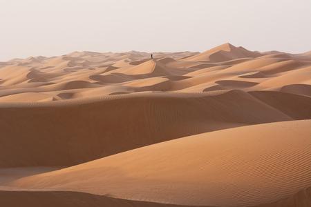 Hombre solo en las dunas del desierto de arena de Wahiba (Omán) Foto de archivo