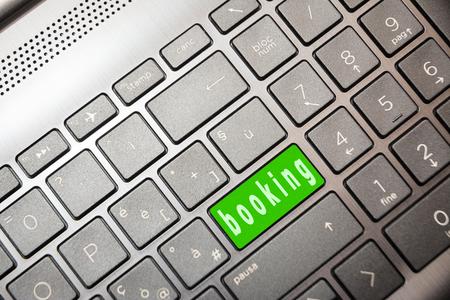 grüne Taste auf dem Computer mit dem Wort Booking