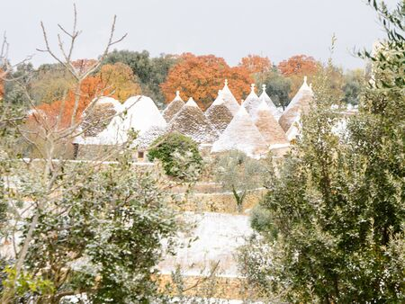 Trulli with snow in the Apulian countryside (Italy) 版權商用圖片