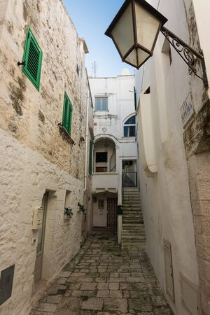 A Characteristic narrow alley in the historic center of Cisternino (Italty) Standard-Bild - 140270537