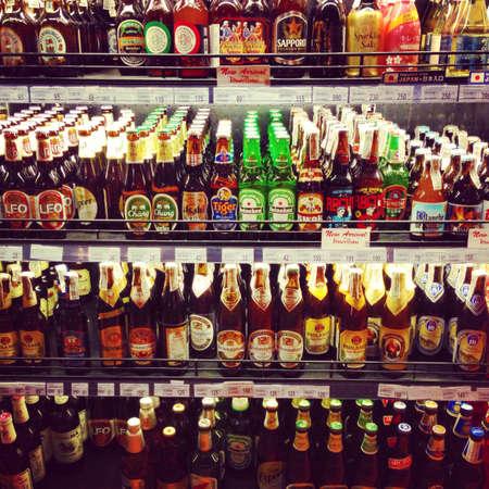 botellas de cerveza: Estantes de los supermercados llenos de deliciosas cervezas importadas