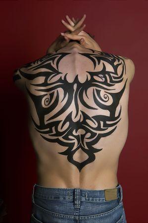 sexy tattoo: El hombre con tatuajes que presentan  Foto de archivo