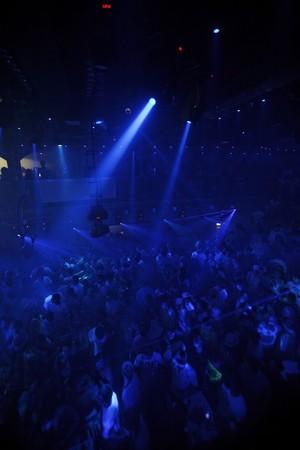 clubbers: Night club evento musical Parte luces l�ser de fondo Foto de archivo