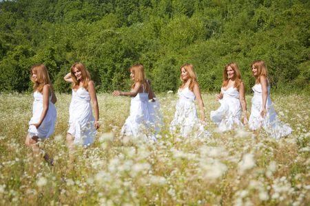 multiple exposure: Donna con abito bianco a piedi della Croce la natura selvaggia, l'esposizione multipla