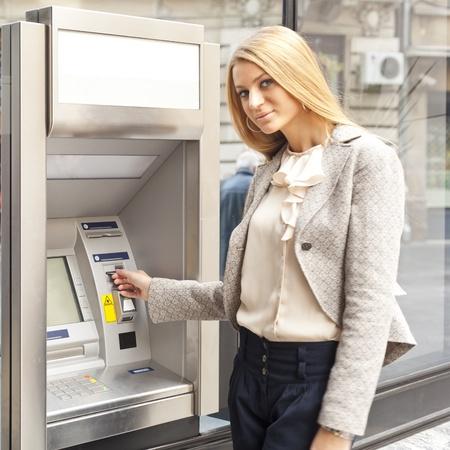 Junge Frau mit Bank ATM Cashe Maschine auf der Straße Standard-Bild - 12852298