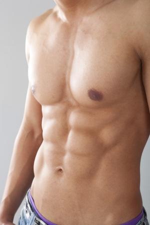belleza masculina: Atractivo joven macho musculoso posando