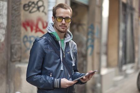 Junger Mann mit gelben Gläsern Standard-Bild - 13134758