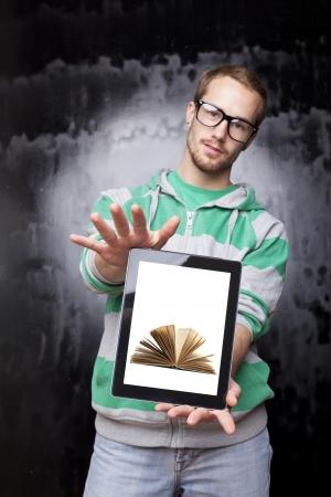 Gut aussehende junge Sonderling Smart Guy Mann mit dem Tablet PC - Digitale Bibliothek Standard-Bild - 14002530