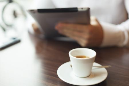 Mann mit Tablet-Computer das Lesen von Nachrichten auf motning in cafe Shop Standard-Bild - 17481632