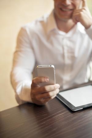 Man with smart phone auf der Hand, unscharfen Hintergrund Standard-Bild - 17481637