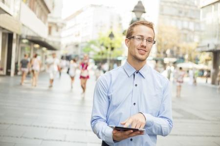 Businessman Using Tablet Computer im öffentlichen Raum Standard-Bild - 17456066