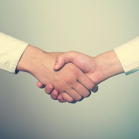 handshake: Dos manos en el apret�n de manos - Protocolo de negocios