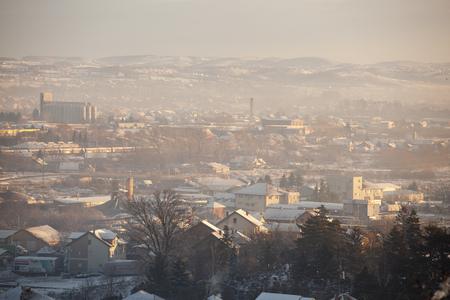 Smog en airpoluton luchtvervuiling, Europa, Servië, Valjevo-stad Stockfoto - 94595731