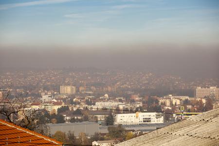 スモッグとエアポルトンエアポリューション、ヨーロッパ、セルビア、バルエボ市 写真素材