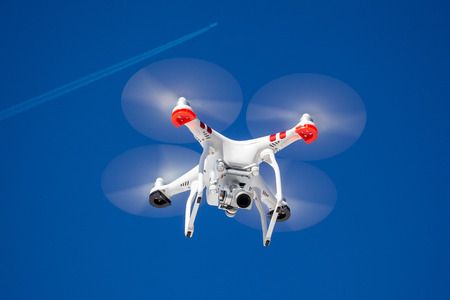 Airplane and quadrocopter drone together on blue clear sky - this time not in danger situation Standard-Bild - 119387984
