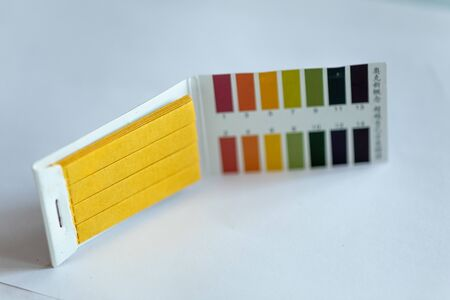 Universal Litmus pH test and color scale on isolated background Banque d'images