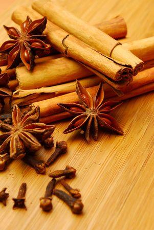 badiane: ca�eux cannelle et anis �toil� sur une planche de bois  Banque d'images