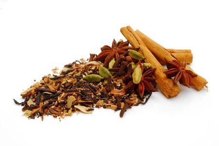 白い背景の上のインドのチャイ紅茶