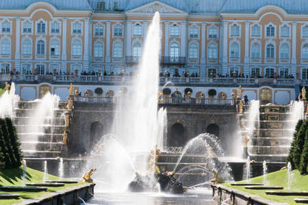 palacio ruso: St. Petersburg, RUSSIA-28 of August, 2016. Fountains of the Big cascade in Peterhof. Peterhof-one of suburbs of St. Petersburg with a large number of ancient fountains