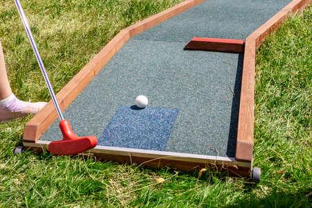Nahaufnahme des Spielers spielen Minigolf