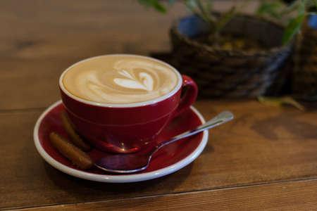 Tasse von einem Cappuccino auf einem Holztisch im Café Standard-Bild