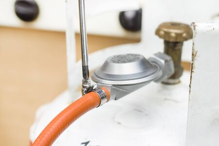 tourniquet: Screw the clamping band to the rubber hose from the gas cylinder reducer