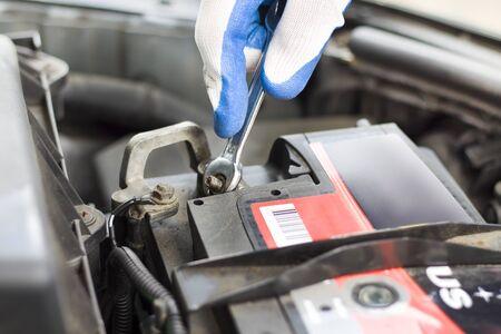 Riparare l'auto in officina. Scollegare la batteria.