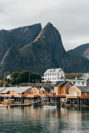Houses on lake shore LANG_EVOIMAGES