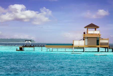 Okyanusta Adası manzara fotoğrafı, sonsuz yüzme havuzları su üstü villa. Maldivler. Stock Photo