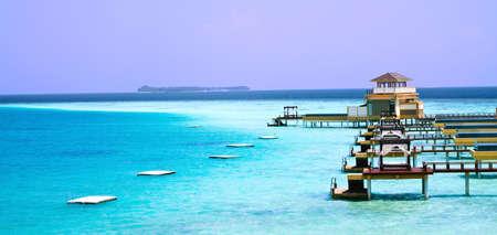 Okyanusta Adası manzara fotoğrafı, sonsuz yüzme havuzları su üstü villa. Maldivler. Editorial