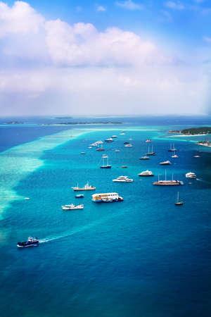Maldiv Adası sahile yakın okyanusta Gemilerin manzara fotoğrafı