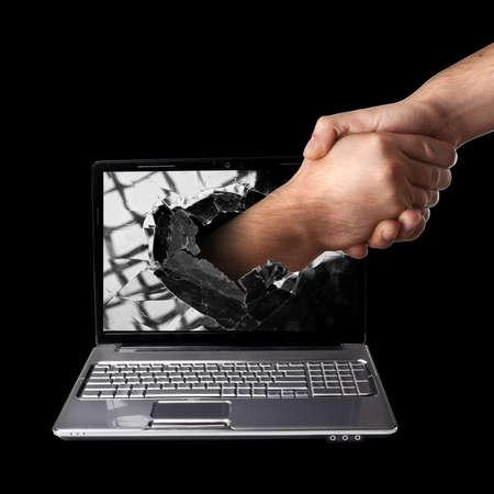pacto: Una mano scomes la derecha de la pantalla del portátil a temblar CONCEPTO manos. aislado en el fondo negro de alta resolución