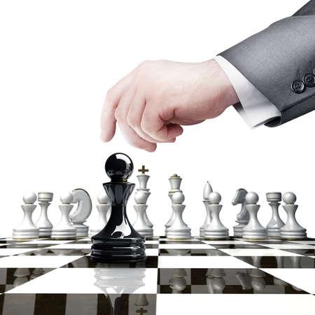 戦略コンセプト。黒のチェスはチェス盤の高解像度の白い背景で隔離の図を持っている手します。