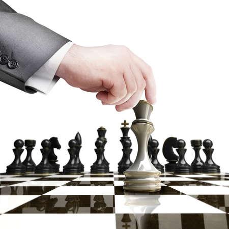 戦略の概念。黒白チェス図白地高解像度に分離されたチェス盤を持っている手します。 写真素材