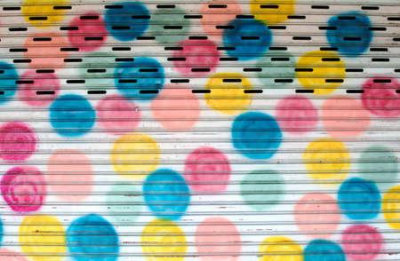 Geschilderde kleurrijke stalen deur