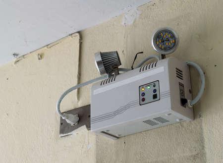 salidas de emergencia: Alumbrado de emergencia en la pared. Foto de archivo