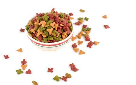 Voedsel voor huisdieren in een kom op een witte achtergrond