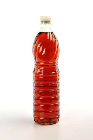 Vissensaus in plastic fles die op witte achtergrond wordt geïsoleerd