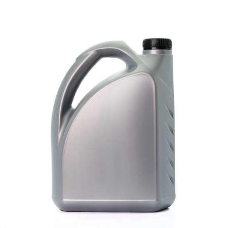 aceite lubricante del motor aislado en el fondo blanco