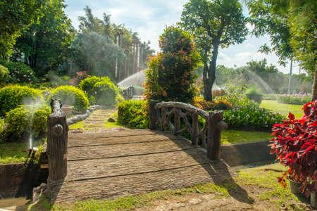 Mooie tuin met loopbrug zich een weg door
