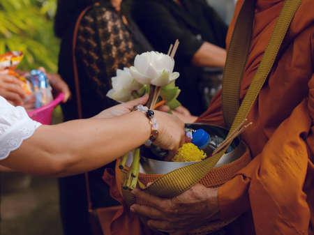 hacer que el mérito haga ofrendas al monje en el budismo Editorial