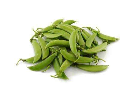 白い背景に隔離された砂糖エンドウ豆