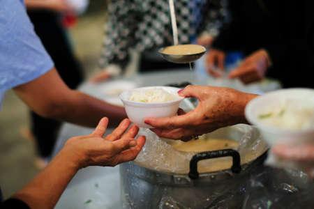 De armen de handen van een bedelaar geven. Armoede concept Stockfoto