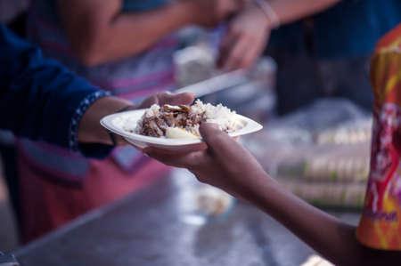 De armen voeden Elkaar helpen in de samenleving Stockfoto