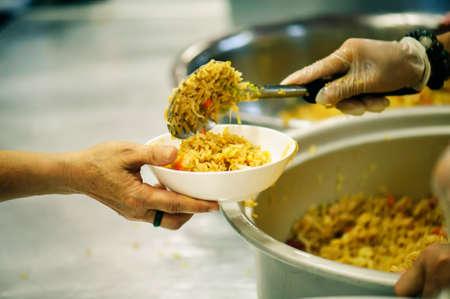 Donner de la nourriture aux gens de la société : Du philanthrope à l'aide : Concepts des sans-abri et pauvreté