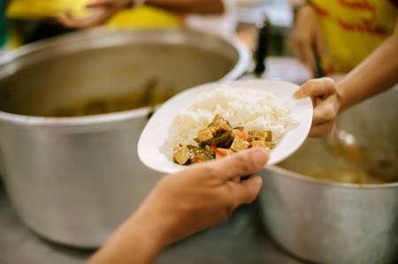 La comida solidaria es la esperanza de los pobres que no tienen dinero: concepto de mendicidad