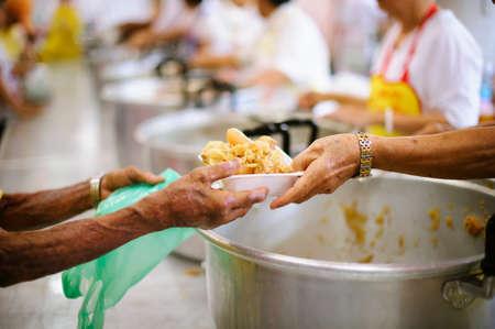 Obdachlosen wird mit Nahrungsmittelhilfe geholfen, Hungerhilfe: ein soziales Konzept des Teilens.